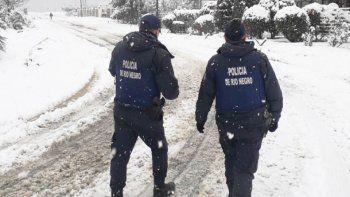 sancionaran a policias que patrullen con las manos en los bolsillos