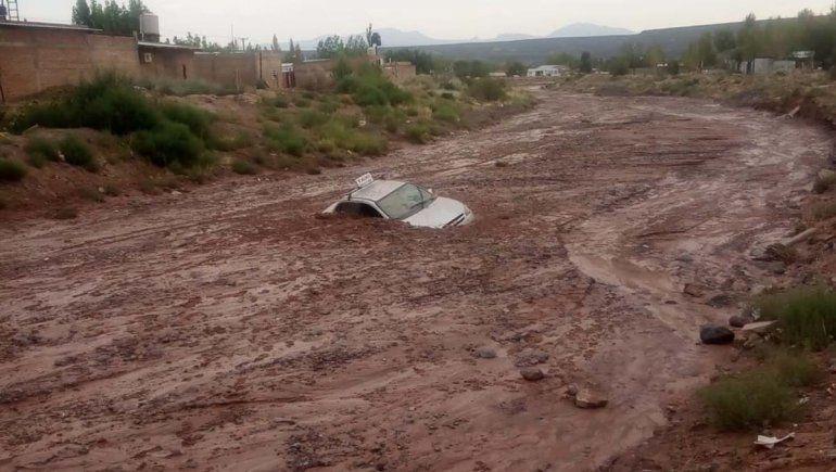 Un taxista quedó atrapado en un río de barro