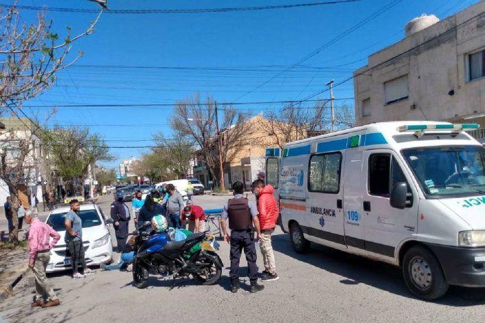 Motociclista atropelló a un peatón y chocó contra un taxi