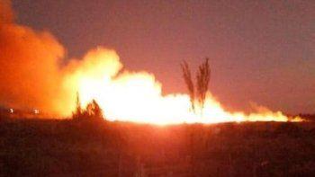 impactante incendio de un campo en el lago pellegrini
