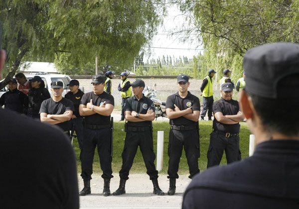 Ingresaron a robar vestidos de policías