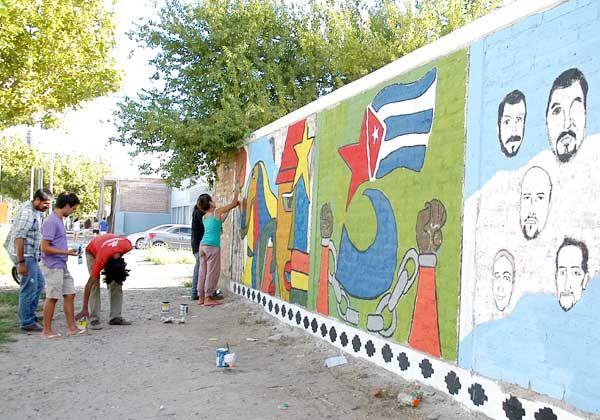 Pintan mural para reclamar liberación