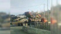 como si nada, un camion transitaba con cinco autos apilados