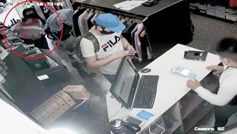 Video: mecheros usaron a su bebé para robar una tienda de ropa