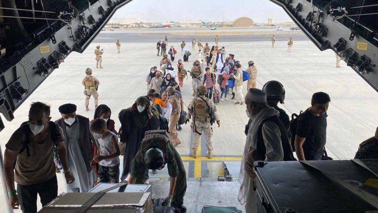 Continúan las multitudinarias evacuaciones en Kabul