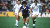 Maradona encara, Francescoli lo persigue en México 86.