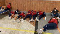 Parte de la delegación del Rojo, uncluido el Moncho Monzón, durmió en el piso del aeropuerto de Bahía, Brasil.