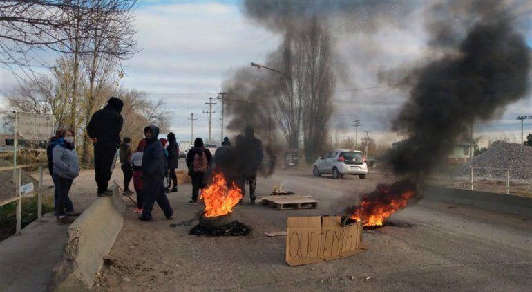 Vecinos de Martín Fierro cortan Ruta 65 tras el accidente con un transformador