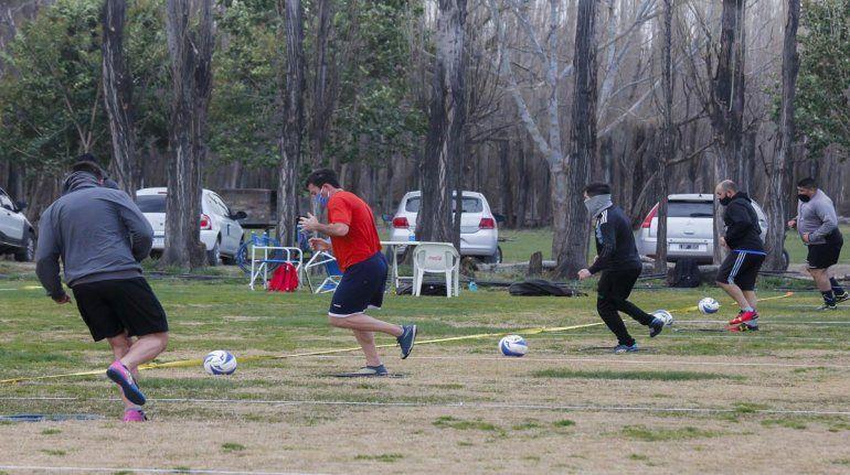 Los amantes del fútbol de Cipolletti ya tomaron contacto con la pelota.