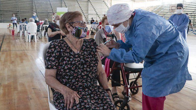 Palmira Torres Fernández de 94 años fue la primera en vacunarse.