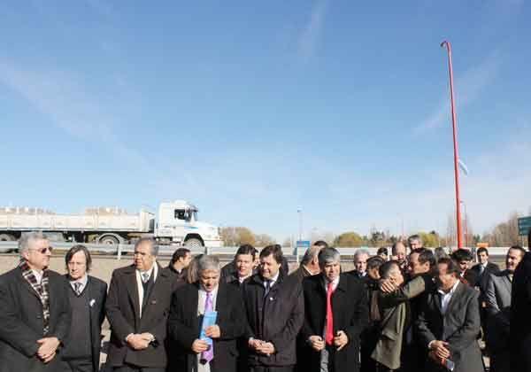 Weretilneck inauguró la rotonda Néstor Kirchner en Barda del Medio