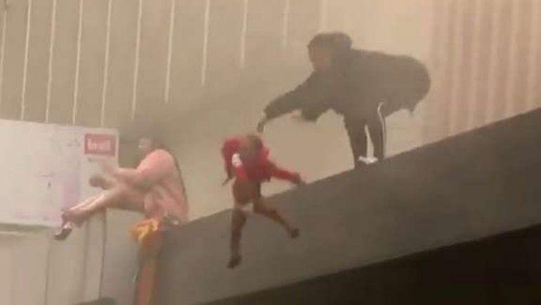 Viral: una madre lanzó a su hija al vacío para salvarla de un incendio