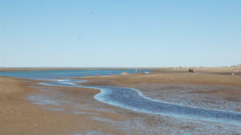 Cuando el mar se va de la playa en la bahía de San Antonio se forma una interminable cantidad de arroyos.