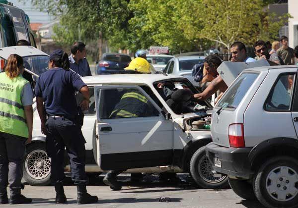 Mujer quedó atrapada por una violenta colisión