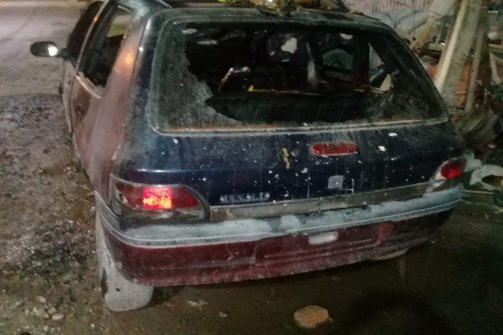 Auto incendiado en Allen