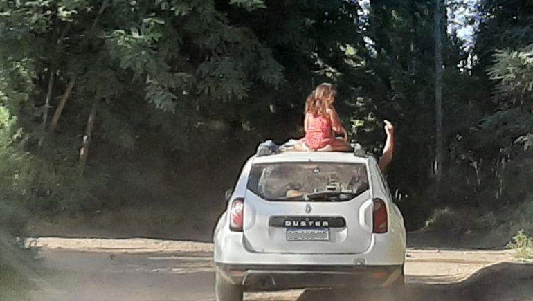 Indignación en las redes: llevaba a una nena en el techo de la camioneta