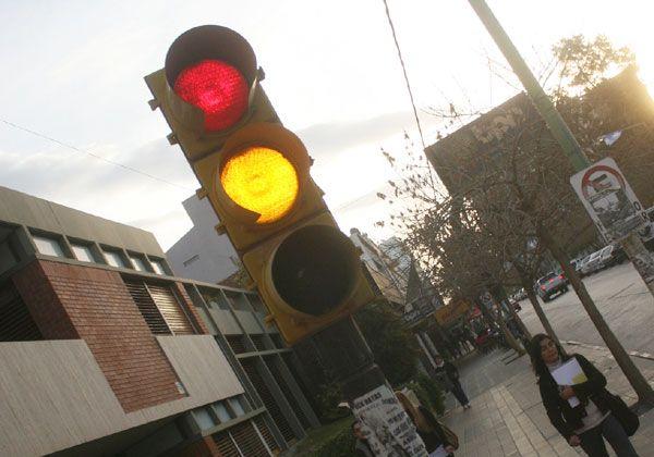 Avanza la instalación de los nuevos semáforos