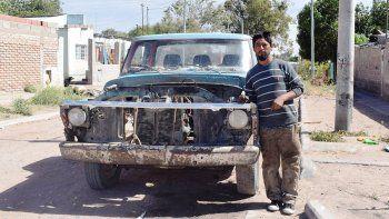 El pulpero Firmapaz, orgulloso con su camioneta. Su historia no deja de sorprender.