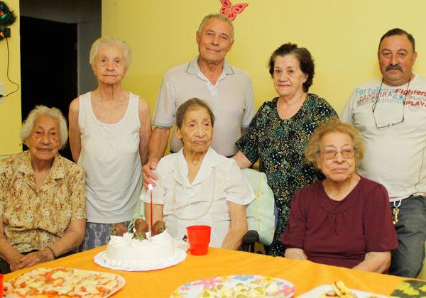 Entusiasta festejo de los 101 años de la abuela Concepción Gómez