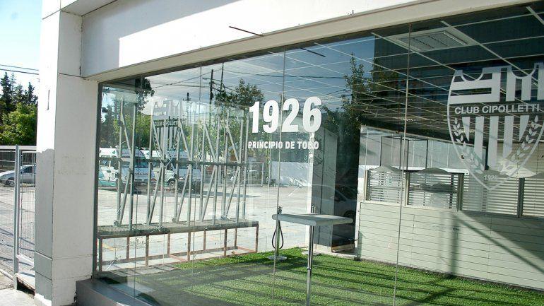 La futura vidriera de un local muy esperado en la ciudad y por el club.