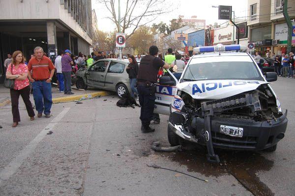 Un patrullero protagonizó un violento accidente en el centro de Cipolletti