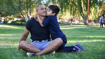 El mejor premio: el beso de Juan Agustín, recién salido del jardín.