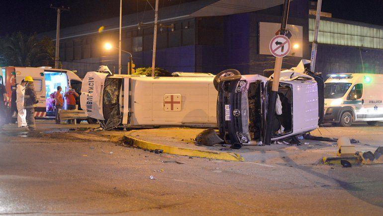 Ambulancia protagonizó impactante accidente en pleno centro