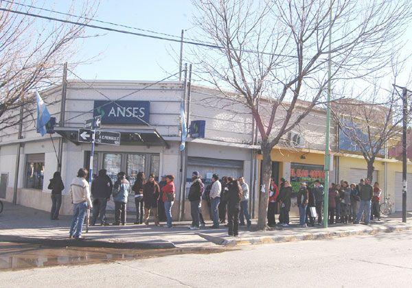La Anses, con restricciones y  largas colas en los bancos cipoleños