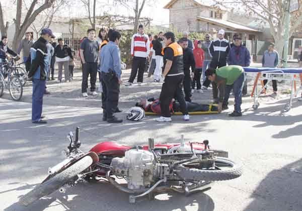 Se quedó sin frenos, derrapó y cayó al pavimento, pero no sufrió lesiones