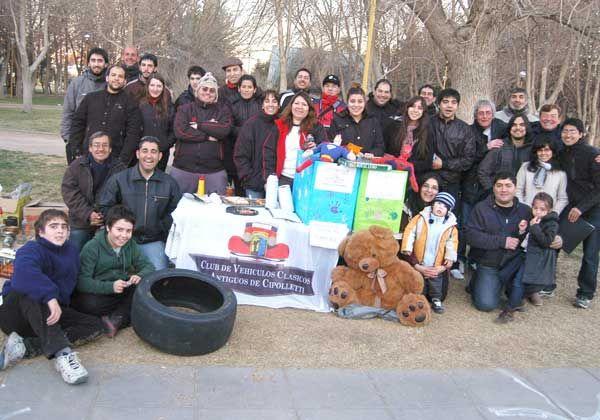 Autos clásicos y solidaridad en el Parque Rosauer