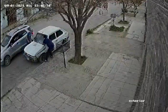 Video: así robaron la batería de un auto, a plena luz del día