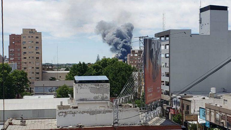 El humo de un voraz incendio en Neuquén cubrió el cielo valletano