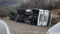 un camion chileno volco cerca del paso cardenal samore