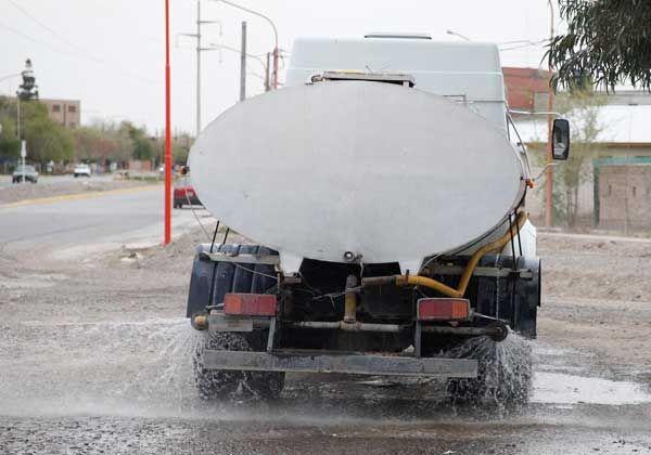 Vecinos se quejan por falta de riego de calles