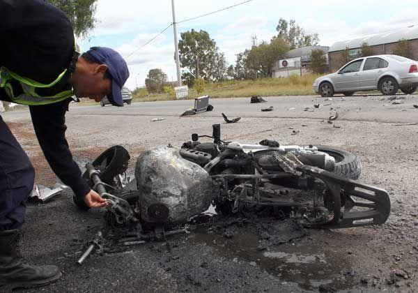 Chocó y se le prendió fuego la moto: se salvó de milagro