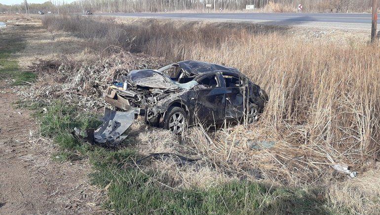 Dos jóvenes se salvaron de milagro tras un brutal vuelco sobre la Ruta 151