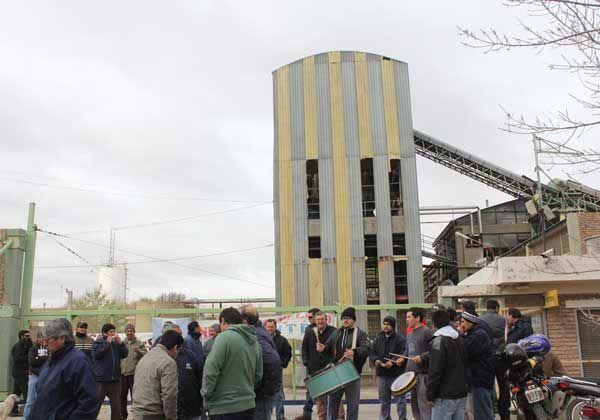Más de 50 operarios suspendidos por la papelera PPM