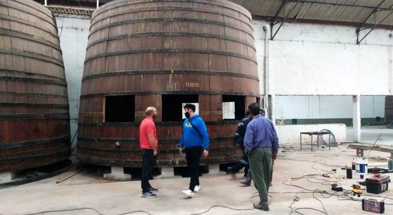Obras en las históricas cubas de la ex sidrera, reconvertidas en confitería.
