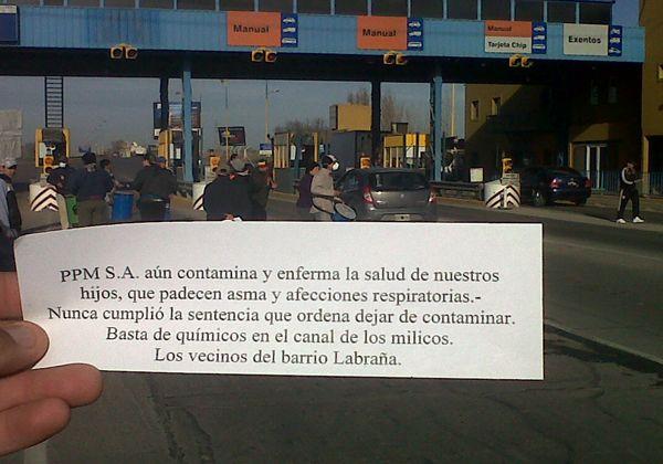 Vecinos de barrio Labraña protestan en el peaje