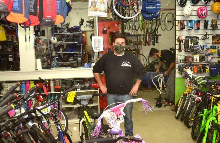 La iniciativa solidaria de un bicicletero para ayudar al hospital