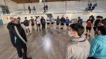 entrenador nacional de handball observa a jugadores en cipolletti