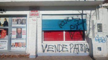 bronca en el radicalismo por pintadas en el comite