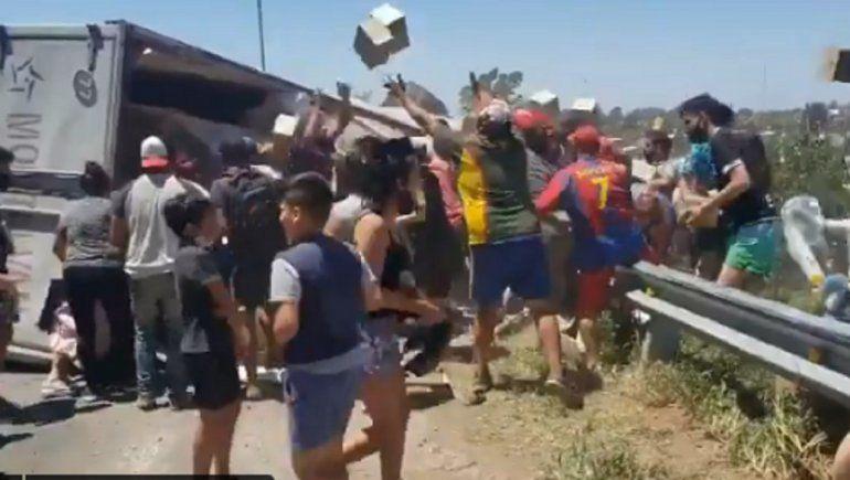 Video: volcó un camión con comida y lo saquearon en segundos