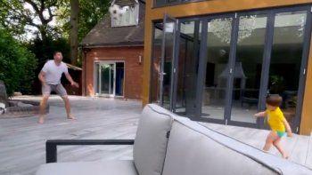 el tierno video del dibu martinez jugando a los penales junto a su hijo