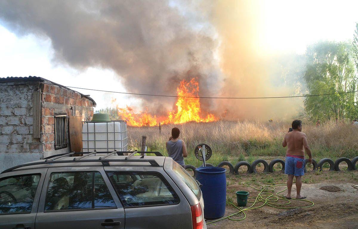 ardua labor de bomberos por tres incendios en simultaneo