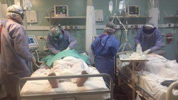 Los médicos del hospital tuvieron que hacer dos intubaciones en simultáneo.