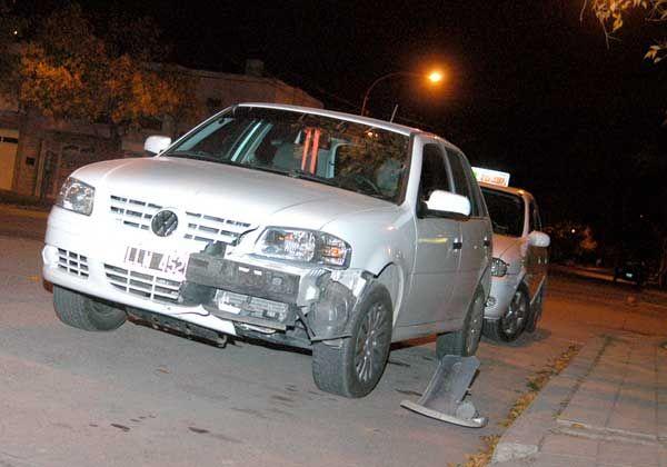 Un auto y una moto chocaron en la peligrosa esquina de Alem y Sáenz Peña