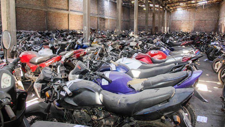 Compactan más de 400 motos para reducir riesgos medioambientales