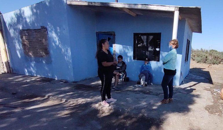 La damnificada hablando con la Defensora del Pueblo de Viedma.