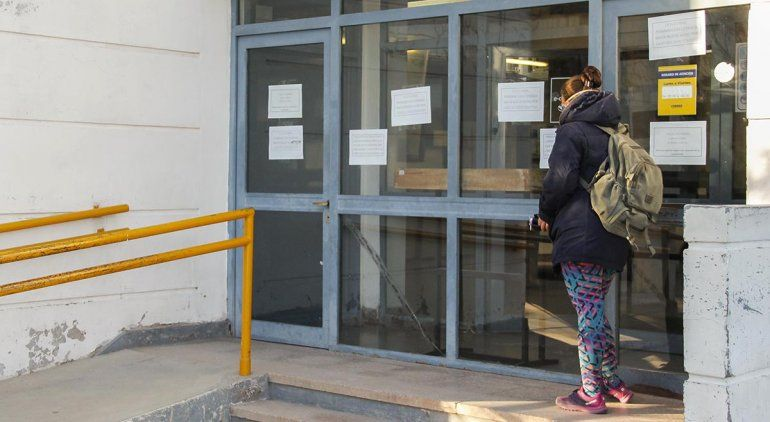 Cerró el correo: hay un caso de coronavirus y otros cuatro sospechosos